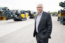 Geschäftsführer Ing. Gerald Hanisch mit mobilen Brechanlagen im Hintergrund Credit: RUBBLEMASTER HMH GmbH